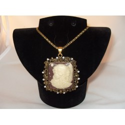 Colier bijuterie cu pandantiv camee crem