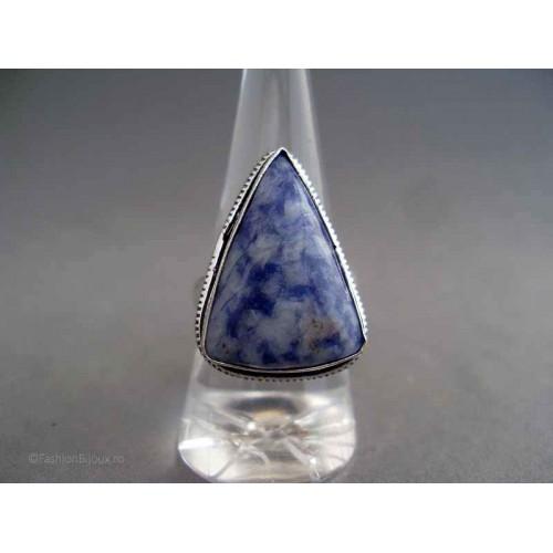 Inel bijuterie cu piatra triunghiulara albastra